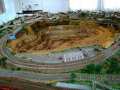 Vista da mina de ferro, em meio aos trilhos da maquete do Clube Mineiro de Modelismo Ferroviário