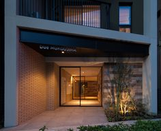 帰ってきたらホっとできるエントランスに Modern Entrance Door, Entrance Lighting, Main Entrance, Tropical Architecture, Facade Architecture, Residential Architecture, Building Facade, Building Design, Facade Design