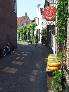 De eeuwenoude straat Muurhuizen in efiliaal regio Amersfoort is gebouwd op een oude stadsmuur. Je vindt er fraaie historische woningen en kleine gespecialiseerde winkeltjes