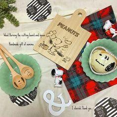 """tomo.n1212こんばんゎ✩*॰¨̮ ⑅ 今日、素敵便が届いちゃったんです♪♪ ⑅ スヌーピー大大大好きで スヌーピーフードやスヌーピーパン スヌーピー雑貨を手作りしちゃう@namimocchi さん♡ ⑅ 私がお願いする前に 私が好きそうなイラスト探してくれてた♡♡ ⑅ 欲しいって言い出すの バレてたーー(*ฅωฅ*)♡♡笑 ⑅ 可愛いカッティングボードに スプーンまで送ってきてくれたよぉ♬* ⑅ 食べることが大好きで、食いしん坊な私は お料理してたり、食べてたりするイラストとか 食べ物のイラストが大好き♡ŧ‹""""ŧ‹""""(⁎ᵒ̶̶̷ ̯ ̜ᵒ̴̶̷⁎).₊♪‧˚* ⑅ どストライクなプレゼントがやってきて 朝からテンションMAXでした⤴︎ ⤴︎ ⑅ もっちサン★本当にありがとう♡♡ 宝物にします(୨୧ ❛ᴗ❛)✧⋈♡*。 ⑅ #素敵便#プレゼント#ハンドメイド#ウッドバーニング #カッティングボード#スプーン#スヌーピー#チャーリー #ピーナッツ#igの出会いに感謝#ありがとう #手作りパン#キャラパン#手捏ね#おうちカフェ#セリア…"""