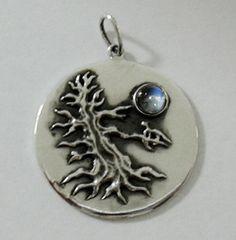 Kettenanhänger aus 925er Sterling-Silber mit detaillierter Darstellung eines kahlen Baumes im Mondschein. Der Mond ist dabei mit einem Mondstein realisiert.   Der Durchmesser beträgt ca. 3,2cm.