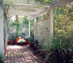 Easy Living: A South Carolina Indoor-Outdoor Home and Garden South Carolina porch: This long, linear trellis brings privacy to a side-yard garden. Panels of wooden trellising create dappled light and air circulation. Privacy Trellis, Outdoor Privacy, Privacy Screens, Porch Trellis, Lattice Patio, Outdoor Rooms, Indoor Outdoor, Outdoor Gardens, Modern Gardens