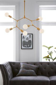 Messinginvärinen kattovalaisin, jossa 6 haaraa. Metallinen kattokuppi, koukku ja kattopistoke. Korkeus 65 80 cm. Iso lampunkanta, 6xE27. Enintään 40 W. Lamppu ei sisälly toimitukseen. Erilaisilla lampuilla on suuri vaikutus valaisimen tyyliin ja ulkonäköön. Kokeile ja löydä oma tyylisi! Haarat ovat osittain säädettävissä pienellä kuusiokoloavaimella (ei sisälly toimitukseen).