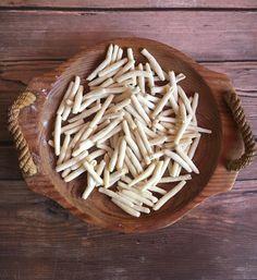 A lyukas közepű tészták - még a kézművesek is - géppel készülnek, de van néhány forma, amit otthon egy kötőtű, vagy hurkapálca segítségével is könnyen meg lehet formázni. Ilyen például a mini makaróni.  Engem a tésztakészítés kikapcsol, feltölt. 2014-ben már az első otthoni próbálkozáskor tudtam,… Coconut Flakes, Minion, Spices, Food, Essen, Minions, Yemek, Meals
