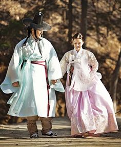 another day of walking. Korean Hanbok, Korean Dress, Korean Outfits, Korean People, Korean Men, Korean Traditional Dress, Traditional Dresses, Mode Baroque, Folk Costume