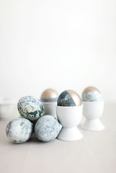 8 chic Easter décor DIYs // Gold dipped marble eggs #entertaining #easter #diy
