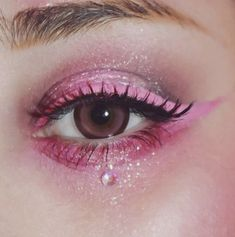 Pink eye makeup and eyeliner, with glitter and gems. Pink eye makeup and eyeliner, Gem Makeup, Rave Makeup, Pink Eye Makeup, Makeup Eye Looks, Glitter Eye Makeup, Beautiful Eye Makeup, Girls Makeup, Eyeshadow Makeup, Edgy Eye Makeup