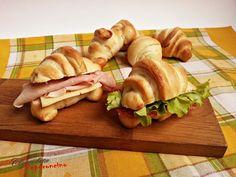 I cornetti salati sono una ricetta lievitata per morbidi panini a forma di cornetto ideali da farcire, perfetti per uno spuntino veloce e goloso.