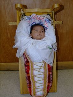 Indigenous baby in a cradle board. I need babeez. Native American Models, Native American Dress, Native American Children, Native American Pictures, Native American Tribes, Native American History, Native Americans, Baby Faces, Baby Bonnets