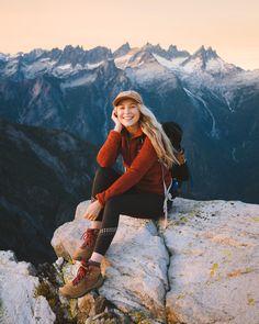 Adventure Photography, Photography Poses, Cute Hiking Outfit, Mountain Hiking Outfit, Mountain Wear, Summer Hiking Outfit, Hiking Outfits, Camping Outfits, Granola Girl