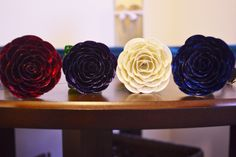 So pretty! Guitar Pick Roses totally made out of guitar picks. Maybe for a rockin' wedding? Hmmmmm.... ;)