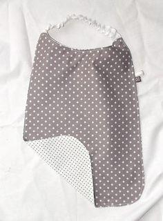Pratique à enfiler, cette serviette élastiquée deviendra très rapidement votre alliée «économe en lessives» et permettra à votre enfant de manger sans se salir. Voici donc m…