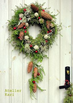 Atelier Kari nature decorations and wreaths: In Tara Christmas Dream with .- Atelier Kari naturdekorasjoner og kranser: I Tara Juledrøm med julekranser. Atelier Kari nature decorations and wreaths: In Tara Christmas dream with Christmas wreaths. Crochet Christmas Wreath, Christmas Wreaths To Make, Christmas Flowers, Noel Christmas, Christmas 2017, Holiday Wreaths, Rustic Christmas, All Things Christmas, Christmas Crafts