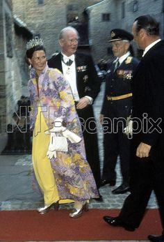 Oslo 19730702. Gallamiddag på Akershus i forbindelse med Kong Olav 70 års dag. Her ser vi høygravide kronprinsesse Sonja som venter barn i juli ankommer til middagen. Gul gallakjole med kåpe utenpå. Foto: NTB / Arkiv / Scanpix