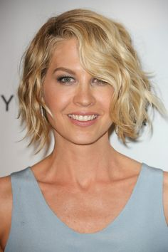Jenna Elfman-Fun and Flirty Layered Bobs-Celebrity Edition Short Hair Hacks, How To Curl Short Hair, Short Hair Cuts, Short Wavy, Hair Tips Overnight, Overnight Curls Short Hair, Overnight Braids, Overnight Waves, Curling Techniques
