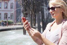 A young woman calls on her smartphone Infos for the Fastnachtsbrunnen © Landeshauptstadt Mainz. To learn more about #Mainz | #Rheinhessen click here: http://www.greatwinecapitals.com/capitals/mainz-rheinhessen