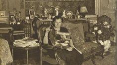 Dronning Alexandrine slapper af med BILLED-BLADET  Dronning Alexandrine slår i 1941 dørene op og inviterer indenfor i hjemmets midte på Amalienborg. Stuerne under Residentspalæets balkon er stedet hvor regentparret tilbringer tiden alene, og som et fint forbillede for alle husmødre viser dronningen, at hun selv står for praktiske ting, såsom at betjene radioen i stuen og lære maskinskrivning.