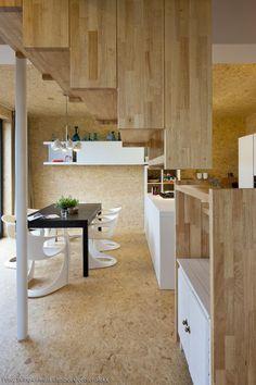 Schwebender Treppenaufgang und viel Holz! Und ein Boden aus OSB-Platten. Mehr Ideen aus OSB und weitere Infos findest du auf roomido.com! #interior #stairs #woodeninterior