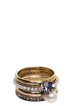 Kit de Anéis Hector Albertazzi Rebeca dourado, desenvolvido em metal com banho ouro velho. Possui quatro peças com aplicação de pedra, pérola, strass e aro 16. O Kit de Anéis Hector Albertazzi Rebeca é perfeito para compor looks modernos.