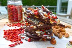 #PALEO #SUPERFOOD #CHOCOLADE: Een lekkere snack, boordevol vitamines en mineralen en zo verleidelijk! snel zelf te maken voor een fractie van de prijs van de populaire repen en chocolade. Handig om een restje noten, zaden en gedroogde vruchten op te gebruiken.
