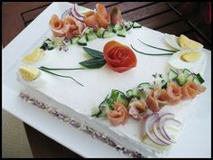 Sandwich cake with smoked salmon - gorgeous Sandwich Torte, Tortillas Veganas, Bean Cakes, Swedish Recipes, Tea Sandwiches, Food Decoration, Partys, Mets, Fish Dishes