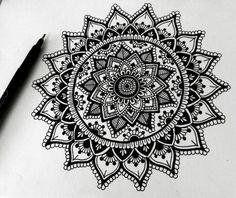 faire un mandala, comment dessiner une rosace, dessin blanc et noir, papier blanc, crayon noir