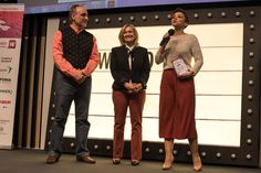 Salvador Molina, vicepresidente de FWW, y Carmen Mª García, presidenta de FWW, entregan el Premio 'Artista con Corazón 2016' a la cantante Chenoa. Nostalgia, Salvador, Prepping, Style, Fashion, Presidents, Parts Of The Mass, Singers, Artists