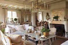 Un raffinato equilibrio di rusticità ed eleganza pervade gli arrediche Sophie Lambert ha scelto per la sua casa in Francia, tra la semplicità delle linee dello stile gustaviano, i toni neutri e rilassanti del legnoshabby chic e i richiami alla campagna francese. La stessa seducente miscela di stil