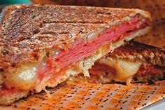No Shopping Cidade Jardim, Tostex apresenta sanduíches no capricho em ambiente nostálgico: http://abr.io/2PkG