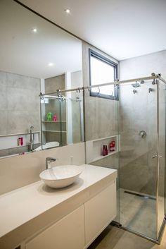 Contemporânea e de volumetria imponente: Banheiros modernos por Camila Castilho - Arquitetura e Interiores