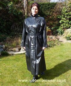 Hayley smiling in her black rubber raincoat. Black Raincoat, Pvc Raincoat, Heavy Rubber, Black Rubber, Patent Trench Coats, Shiny Days, Mode Latex, Long Leather Coat, Rubber Raincoats