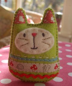 Felt cat needlework (prairie mouse Russia) I love stuff like this.I have the perfect ribbon for the front! Fabric Crafts, Sewing Crafts, Felt Embroidery, Felt Cat, Felt Bunny, Bunny Rabbit, Felt Fabric, Sewing Projects For Beginners, Felt Toys