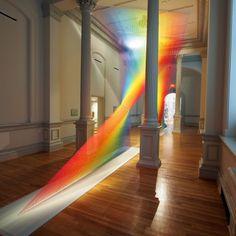 L'artiste Gabriel Dawe, spécialiste des sculptures architecturales colorées, avait déjà attiré notre attention et notre regard il y a quelques années pour sa série intitulée Plexus. Cette série est en perpétuelle évolution et comprend de très nombreuses oeuvres, en voici l'une des dernières en date, Plexus A1. Cet arc-en-ciel envoûtant est une illusion d'optique multicolore composée de plus de 15 teintes différentes de fils. L'oeuvre s'étend sur toute la hauteur...