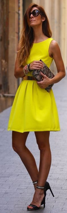 Fashion - Style - Trends - Street style Tanned - Yellow dress - Black heeled sandals - Black round sunglasses - Clutch