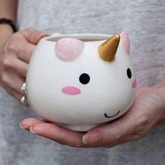 Avec sa crinière pastel, sa corne d'or et son design trop kawaii, ce mug licorne va faire craquer toutes les amoureuses de ces magnifiques créatures féériques. -