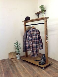 パイン無垢材で制作のハンガーラックになります。衣類掛けのパイプはアイアンにウレタンつや消しブラックで塗装してあります。天板には小物や雑貨、植物等ディスプレイ出...|ハンドメイド、手作り、手仕事品の通販・販売・購入ならCreema。