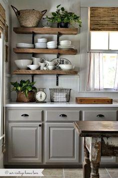 """pour la cuisine, étagères en bois, vaisselle apparente, paniers osier, plante verte, stores matière """"naturelle"""""""