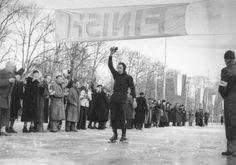 Jeen van den Berg komt als eerste over de finish van de 10e Elfstedentocht in 1954 op de Dokkumer Ee bij de Prinsentuin in Leeuwarden.
