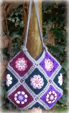 I have made so many of these 13 Granny Squares Bags - they are just so quick and easy to make! This is what you will need: 13 Granny Squares of your choosing - a x (about 6 rounds) gives y Crochet Purse Patterns, Bag Crochet, Crochet Handbags, Crochet Purses, Crochet Crafts, Free Crochet, Granny Square Häkelanleitung, Granny Square Crochet Pattern, Crochet Squares
