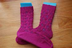 Hace ya algún tiempo os preparé un tutorial sobre cómo tejer calcetines desde el elástico hasta la puntera.  Para hoy he querido preparar un tutorial para aprender a tejer calcetines en el sentido con