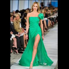 Obsessed with this Oscar de la Renta gown. It's like a dream!