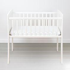 Kołyska - mini-łóżeczko to niezwykle stylowe miejsce snu dziecka w pokoju rodziców przez pierwsze miesiące jego życia. Niewielkie rozmiary pozwalają zmieścić kołyskę nawet w niedużej sypialni lub dostawić do łóżka rodziców, dzięki czemu dziecko łatwiej zasypia. Dzięki swej stabilnej konstrukcji jest bardzo bezpieczna. Bassinet, Cribs, Bed, Classic, Furniture, Home Decor, Cots, Derby, Crib