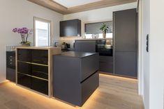 Helle Holdetails in der Küche mit sonst dunklen Oberflächen verleihen der Küche ein besonderes Design Table, Furniture, Design, Home Decor, Hip Roof, Timber Wood, Decoration Home, Room Decor