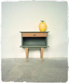Ce meuble d'appoint au design typique des années 50 apportera une touche unique à votre décoration Revisité et coloré en monochrome vert kaki