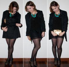 Look noite no blog de moda: como usar short com meia-calça no look preto total. Pullover de chiffon, ankle boot Schutz, trench coat e clutch. Blog de moda.