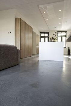 Betonlook wanden, beton cire wanden - Willem designvloeren Flooring, Room Divider, House Design, New Homes, Apartment, Furniture, House, Home, Concrete Floors