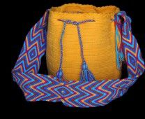 The Mochilas Wayuu we offer are expertly handcrafted by the Wayuu women in la Guajira, Colombia. Urban Art, Bucket Bag, Boho Fashion, Backpack, Crochet Patterns, Street Style, Yoga, Handbags, Dark