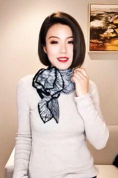 Ways To Tie Scarves, Ways To Wear A Scarf, How To Wear Scarves, Scarf Wearing Styles, Scarf Styles, Capsule Wardrobe Women, How To Tie Bandana, Scarf Knots, Scarf Design