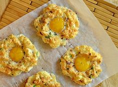 Eggs in Chili Clouds - Easter Brunch Ideas and Recipes Easter Recipes, Egg Recipes, Cooking Recipes, Yummy Veggie, Yummy Food, Delicious Recipes, Eggs In Clouds, Omelettes, Easter Brunch