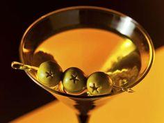 81 - DRY MARTINI - El martini o martini seco (Dry Martini en inglés) es uno de los cócteles más conocidos, compuesto de ginebra con un chorro de vermú. Suele servirse en copa de cóctel, adornado con una aceituna cruzada. Existen numerosas variantes del martini, aunque quizás la más conocida sea el Vodka martini, en el que se sustituye la ginebra por vodka.